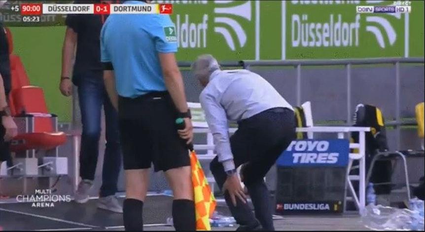 Eine TV-Aufnahme einer Zerrung von BVB-Trainer Lucien Favre.