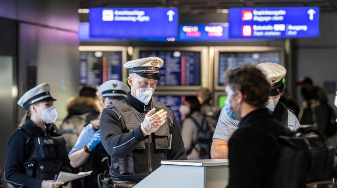 Bundespolizisten kontrollieren am Flughafen