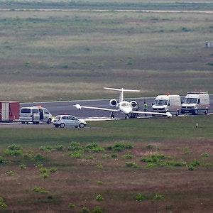 Einem Learjet ist beim Start am Flughafen Köln/Bonn das Fahrwerk weggebrochen.