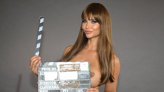 Micaela Schäfer hält Film-Klappe in der Hand