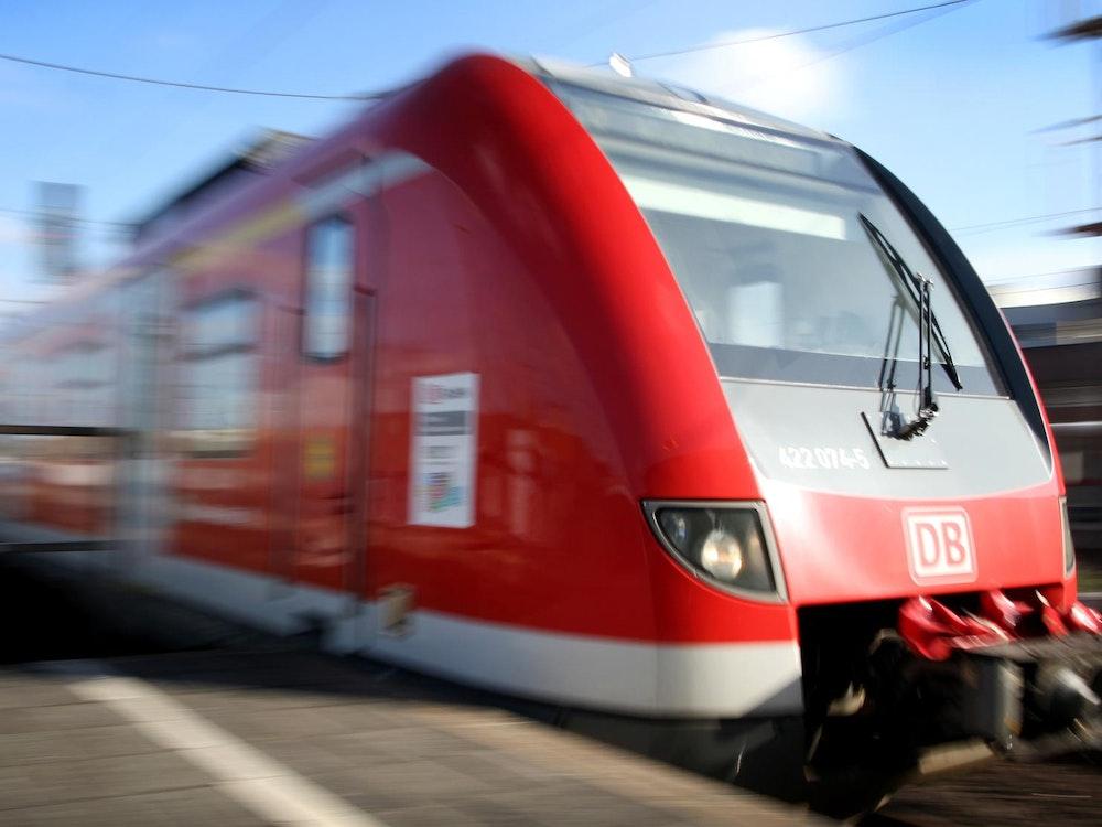 Eine S-Bahn fährt an einem Bahnsteig des Düsseldorfer Hauptbahnhofs ein