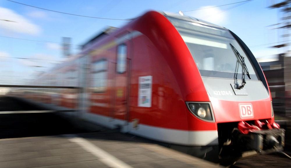 Eine S-Bahn fährt an einem Bahnsteig des Düsseldorfer Hauptbahnhofs ein.