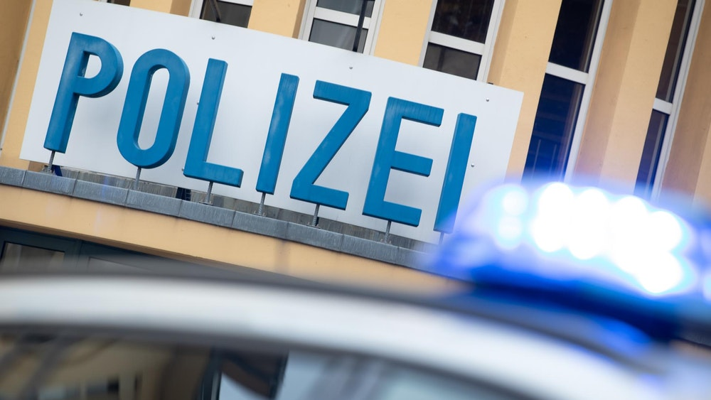 Ein Polizeiauto steht in Frankfurt vor einer Polizeiwache.