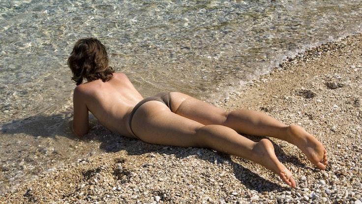 Das Bikini-Oberteil einfach weglassen? Das wird an vielen Urlaubsorten nicht gern gesehen.