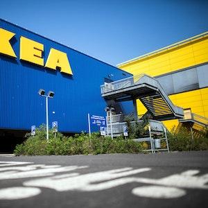 Außenansicht einer Ikea-Filiale mit Schriftzug