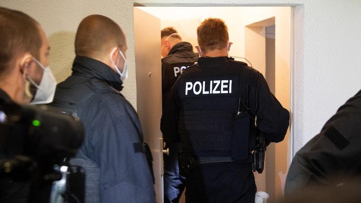 Der Nachbar holte plötzlich eine Waffe aus seiner Wohnung. Die Polizei (hier ein Symbolfoto) ermittelt.