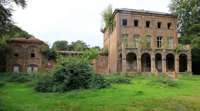 Freiherr Eduard von Oppenheim (unten) ließ sich im Jahr 1888 eine Pferderennbahn samt Villa bauen. 1907 verkaufte er das Gelände wieder.