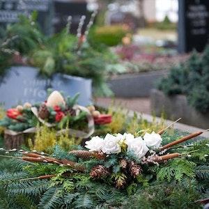 Hochwertige und individuelle Grabgestecke sind sehr gut bei den Blumenhändlern auf den 38 Kölner Wochenmärkten zur erhalten.