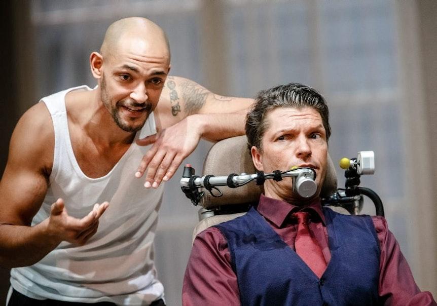"""Abozen glänzt auch als """"Driss"""" im Theater-Stück """"Ziemlich beste Freunde"""", hier in den Kammerspielen Hamburg."""