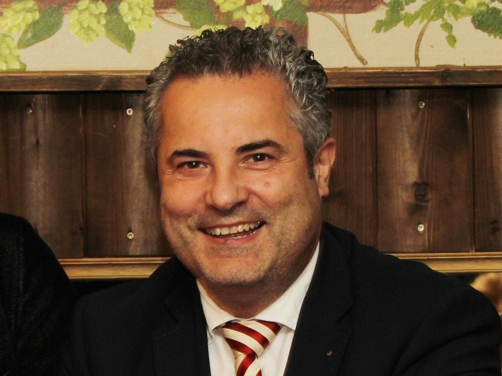 Prinzen-Garde-Präsident Dino Massi lacht in die Kamera.