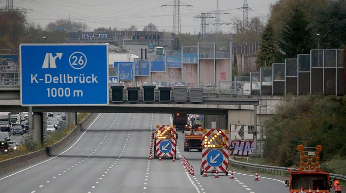 Absperrfahrzeuge nach dem tödlichen Unfall auf der A3 an der Anschlussstelle Köln-Dellbrück
