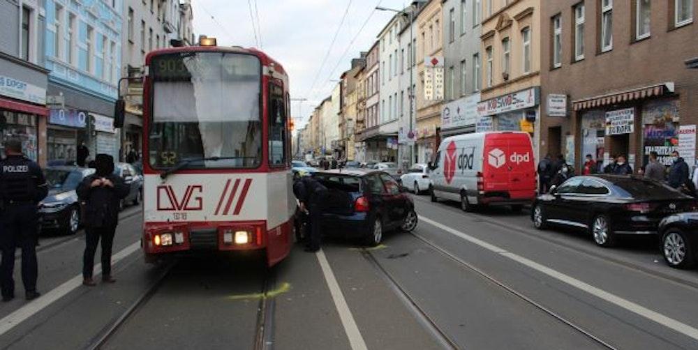 Unfall Duisburg Auto Straßenbahn