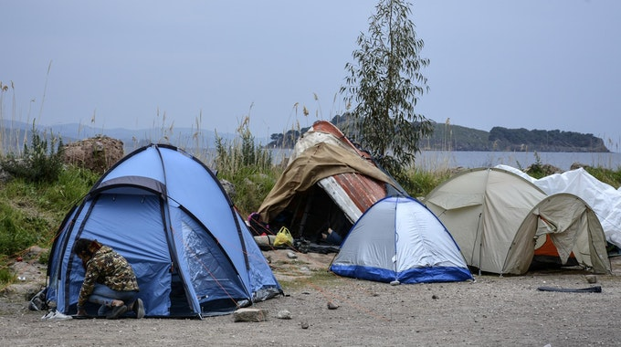 Zelte, in denen Flüchtlinge leben, im Dorf Petra auf der nordöstlichen Ägäisinsel Lesbos ein.