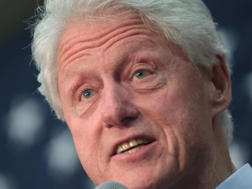Bill Clinton spricht bei einem seiner Auftritte ins Mirko.