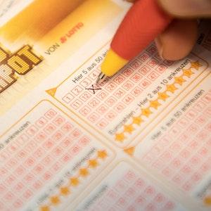 Eurojackpot-Tippschein wird mit Kugelschreiber ausgefüllt