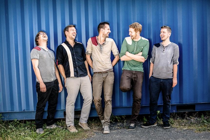 Band Miljö im Gruppenfoto