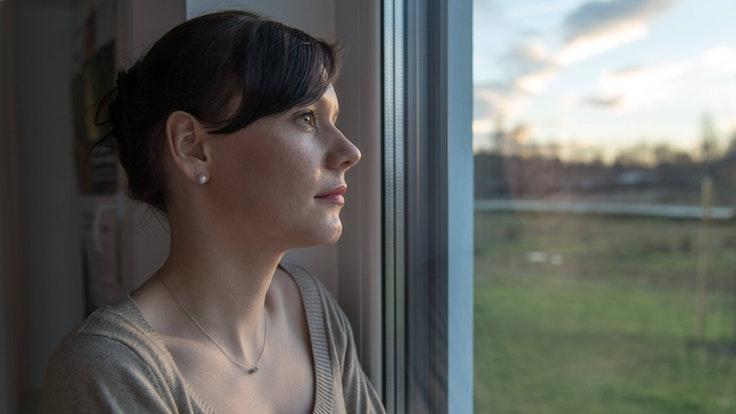Eine Fehlgeburt kann eine Frau auch Monate später noch sehr belasten.
