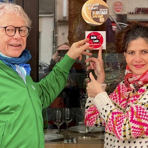 Tom Volkenrath und Gudrun Goerke zeigen das Jode-Lade-Siegel
