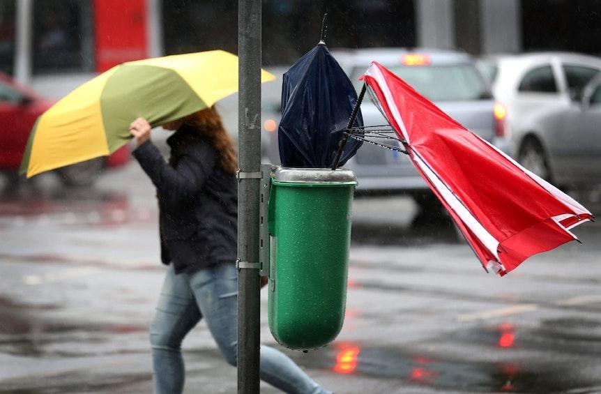Ohne Regenschirm geht nichts bei dem Sauwetter.