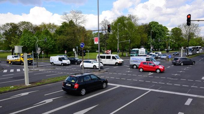 Autos fahren auf der Riehler Straße in Köln.