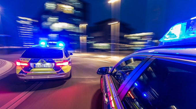Funkstreifenwagen-Einsatzfahrt-Nacht-Fahrtrichtung-Blaulicht-01