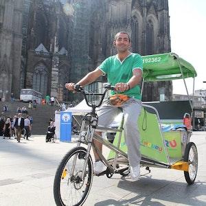 Will unehrliche Kollegen nicht mehr dulden: Cihan Konak steht mit seinem Rikscha-Taxi am Bahnhofsvorplatz.