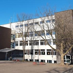 Der Schulhof und das Gebäude der Henry-Ford-Realschule in Köln.