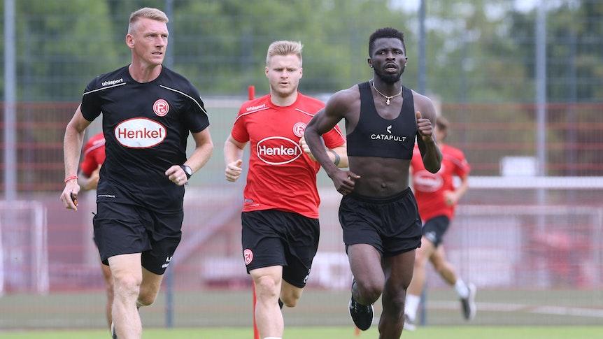 Nana Ampomah (r.) im Fortuna Training mit Co-Trainer Axel Bellinghausen und Jean Zimmer.