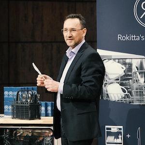 """Oliver Rokitta präsentiert sein Produkt """"Rokkita´s Rostschreck"""" in """"Die Höhle der Löwen""""."""