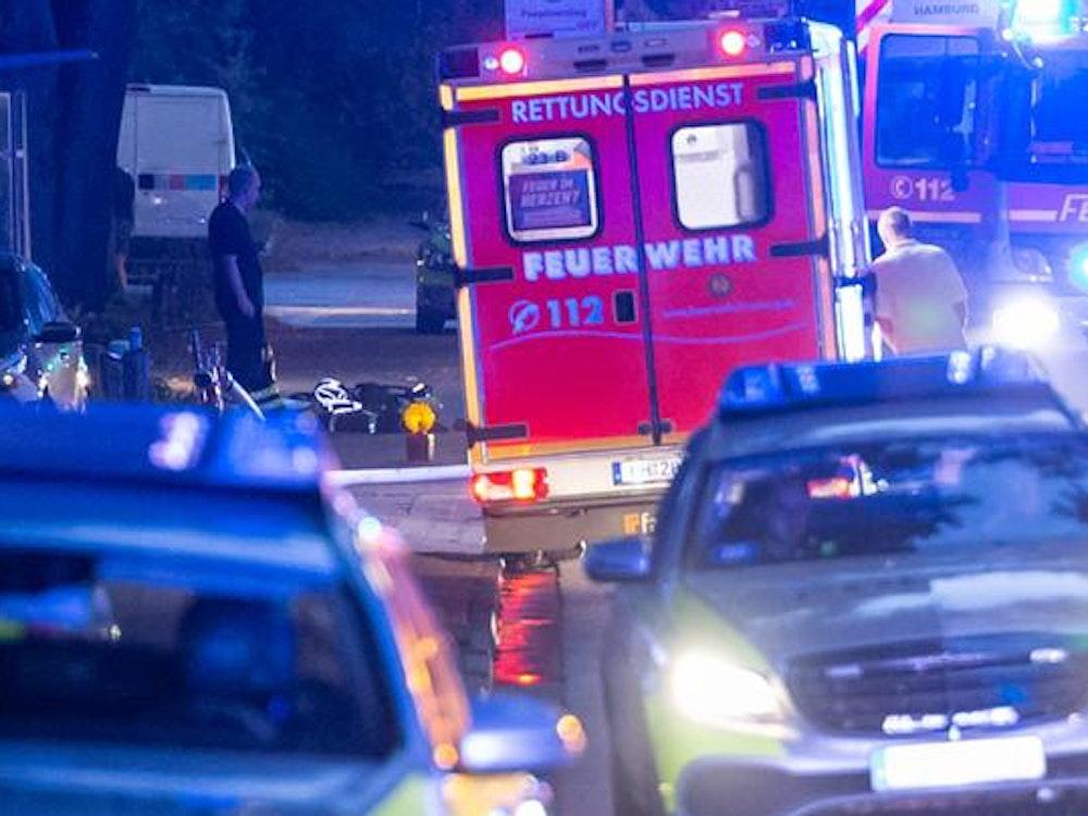 Bei der brutalen Attacke in NRW sind zwei Menschen schwer verletzt worden und mussten ins Krankenhaus gebracht werden