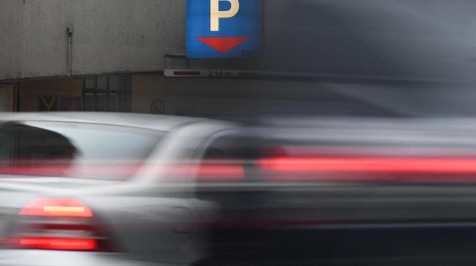 Auto fährt in Parkhaus hinein