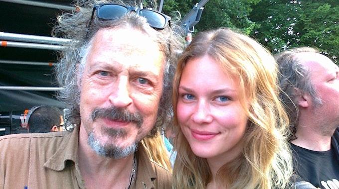 Stolzer Papa: Wolfgang Niedecken mit seiner bildhübschen Tochter Isis beim Dylan-Konzert.