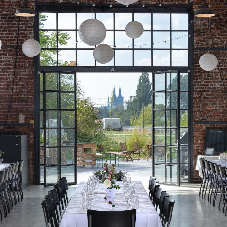 Lokschuppen Köln Mülheim mit Blick auf den Kölner Dom