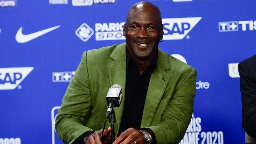 Michael Jordan bei einer Pressekonferenz vor dem NBA-Spiel der Charlotte Hornets gegen Milwaukee Bucks