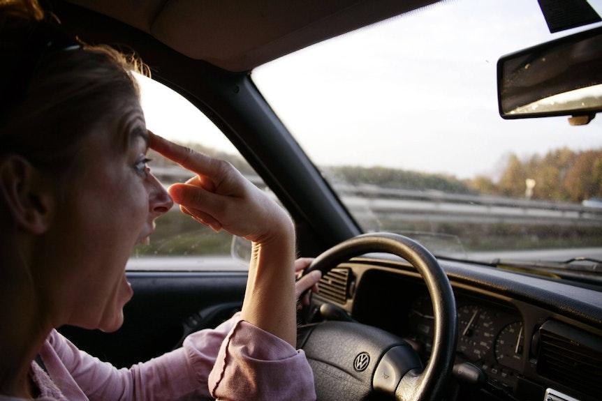 Zeigt ein empörter Autofahrer einen Vogel, kann ihn dies 750 Euro kosten.