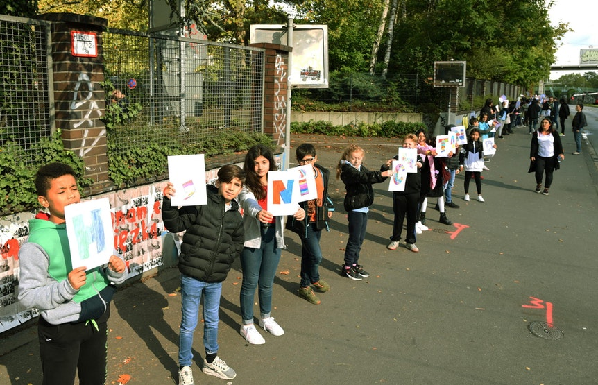 Die Schüler bildeten eine Menschenkette
