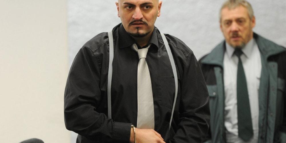 In Handschellen wird Xatar ins Stuttgarter Landgericht gebracht.