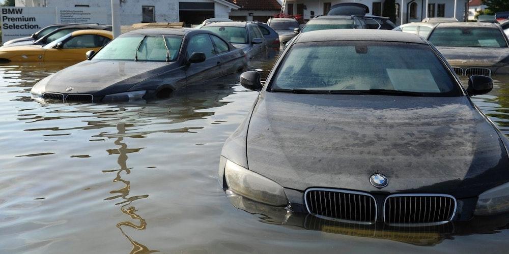 Auch Autos, die nicht ganz versunken sind, tragen bei Überflutung schwere und vor allem teure Schäden davon.