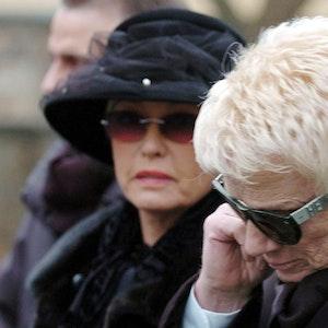 Die schwärzeste Stunde: Heino und Ehefrau Hannelore bei der Beisetzung seiner Tochter Petra.