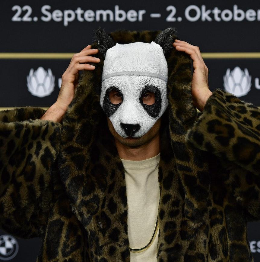 Rapper Cro zeigt sich mit seiner Panda-Maske auf dem Roten Teppich.