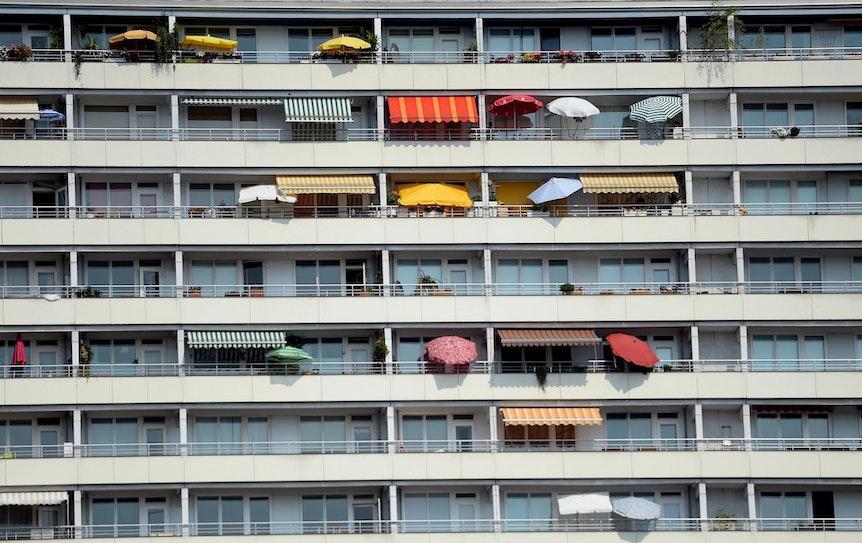 Hochhaus_Balkone_Markise