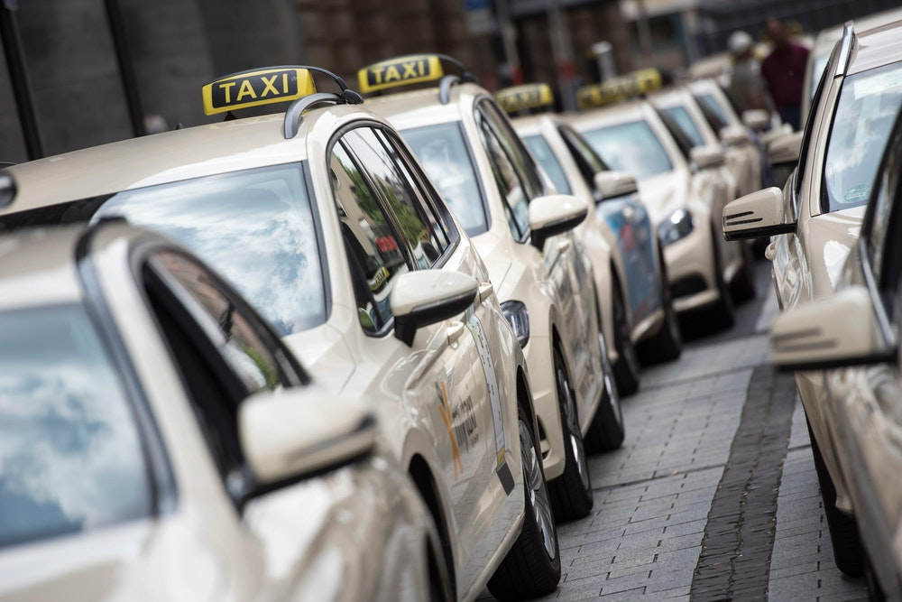 Ein Taxifahrer hat verhindert, dass eine besorgte Dortmunder Seniorin 30.000 Euro Bargeld an falsche Polizisten aushändigt.