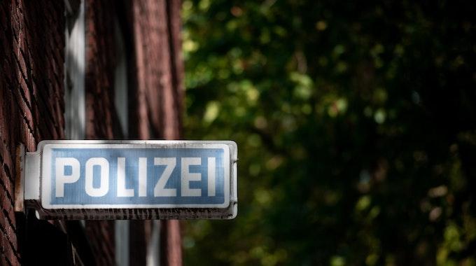 Schild an Außenfassade von Polizei-Dienststelle